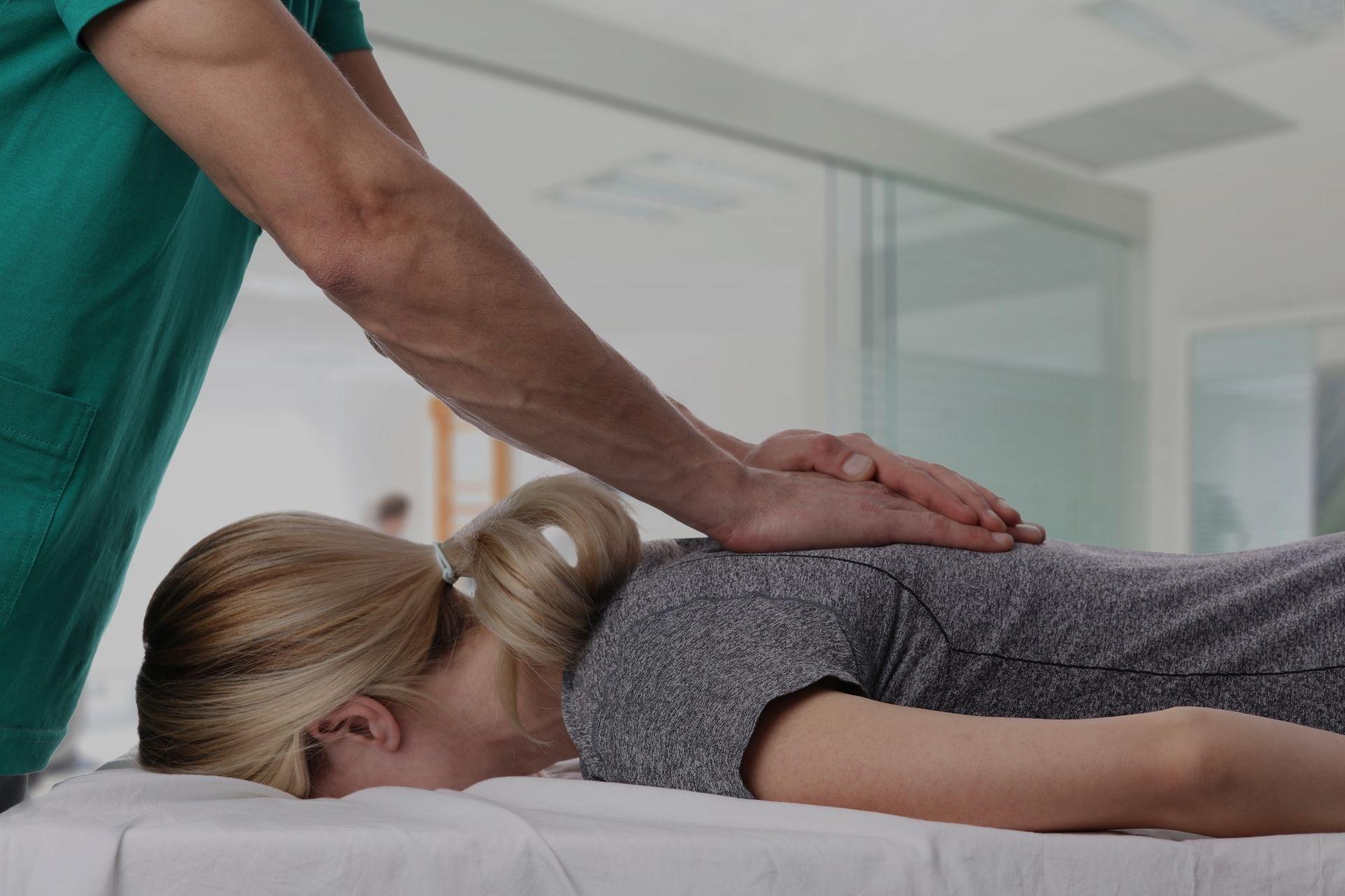 De chiropractor werkt op de rug van de patiënt, derde afbeelding.